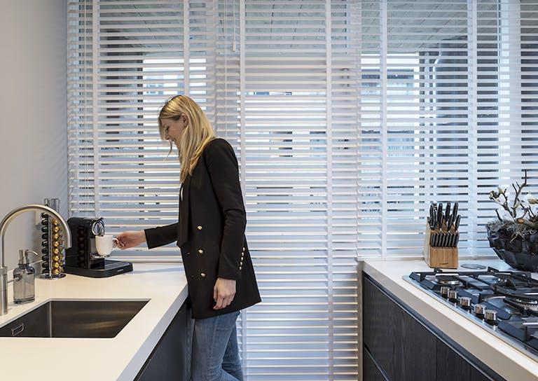 Sfeervolle keuken met houten jaloezieën