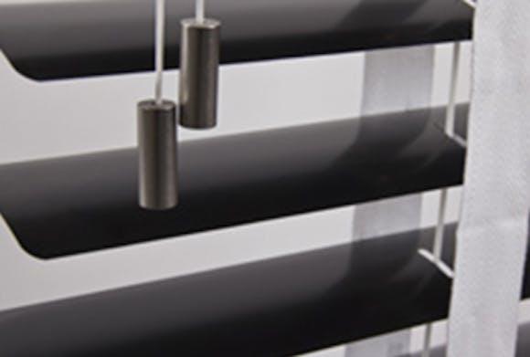 zwarte jaloezie 70mm met ladderband